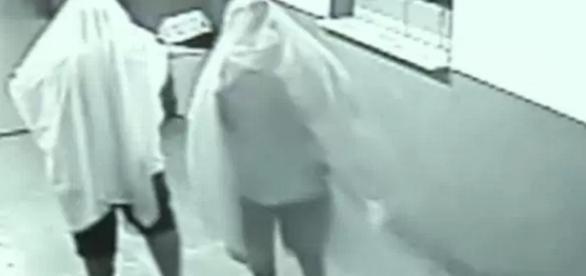 Homens vestidos de fantasma invadem prefeitura - Google