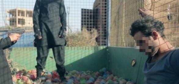 Imagem mostra momento em que o garoto atira contra cabeça do prisioneiro