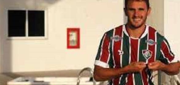 Apresentado de maneira oficial, Lucas promete empenho no Fluminense