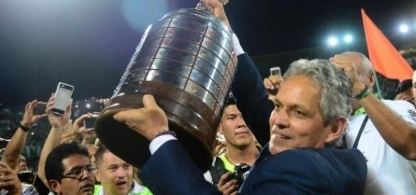 Reinaldo Rueda, técnico del Atlético Nacional, se somete a cirugía
