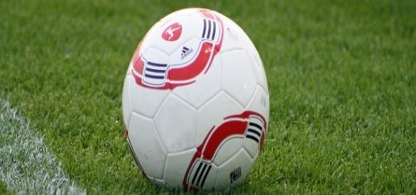 Un pallone da calcio sul terreno di gioco