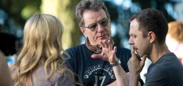 Bryan Cranston orientando os atores (Foto: Variety)
