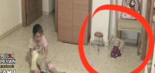 Garotinha é atormentada por fenômenos sobrenaturais.