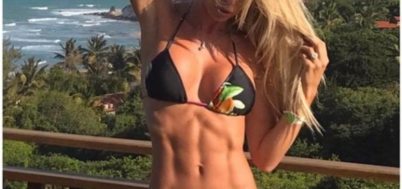 "Modelo Caroline Bittencourt ""ostentando"" barriga sarada"