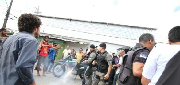 Dia de reajuste de tarifa foi marcado por protesto e confusão entre manifestantes e PM (Foto: Aldo Carneiro/Pernambuco Press)