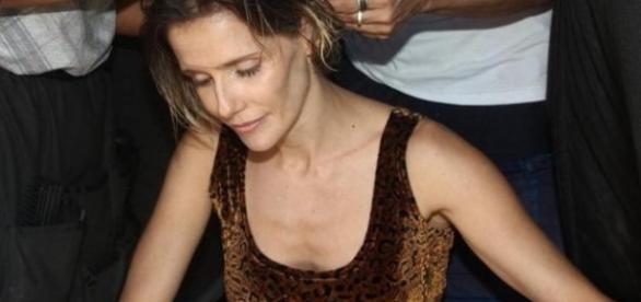 Magra, Deborah Secco descobre doença