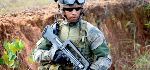 Ejercicios militares con soldados hambrientos