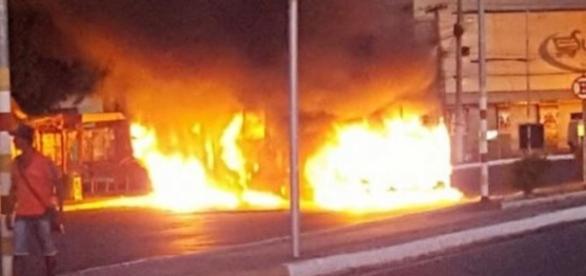 Incêndio de ônibus próximo de ponto em Simões filho