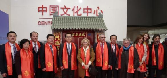 La alcaldesa de Madrid, Manuela Carmena, y a su derecha Lyu Fan, embajador de China en España