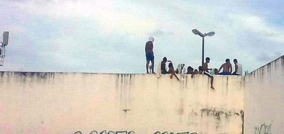 Presos sobre os muros da Penitenciária de Alcaçuz no RN