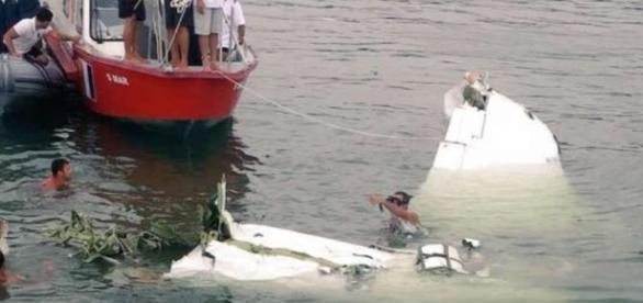 Equipes trabalham no resgate dos corpos do acidente aéreo no litoral do Rio de Janeiro (Foto: Agência Brasil)