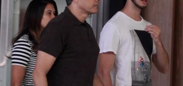 William Bonner e filhos são vistos em shopping