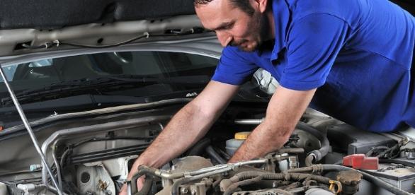 Consultar um mecânico e profissional de funilaria de confiança é importante para verificar as condições reais do veículo