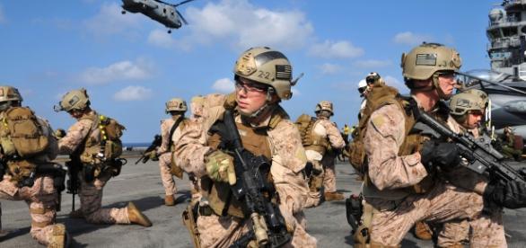 Militari del Corpo dei Marines durante un'esercitazione