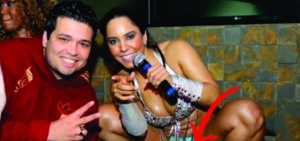 Mulher Melão usa microshort e exibe as marquinhas de biquíni
