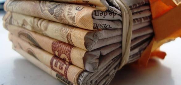 Mulher perde mais de R$ 7 mil em golpe na porta de banco.
