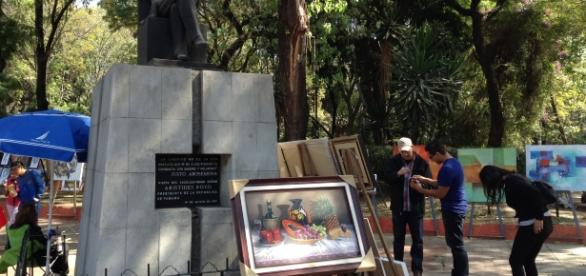 Pintores, escultores, grabadores y fotógrafos conviven ofreciendo sus obras decorativas