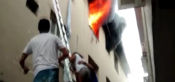 Eletricista salva crianças de incêndio