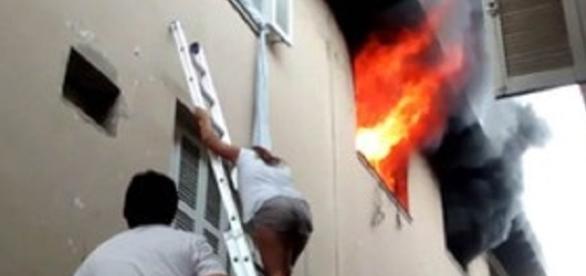 Incêndio atinge apartamento na avenida Afonso Pena, em Santos (Foto: G1)