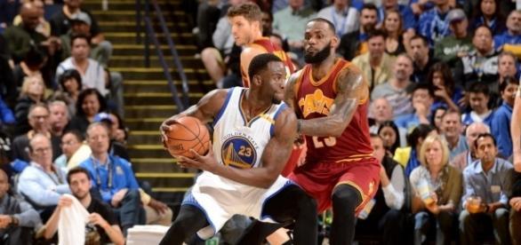 Los Warriors humillaron a los Cavaliers en su vuelta a Oakland.