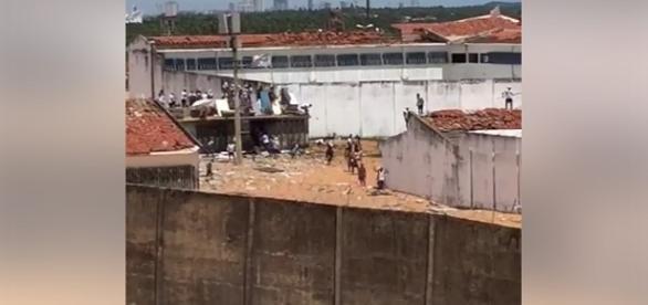 Os presos continuam soltos no pátio e encima do telhado.