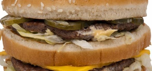Un doppio cheeseburger offerto ai clochard porta la pace tra fast food, residenti di Borgo Pio e cardinali. Foto: pixabay