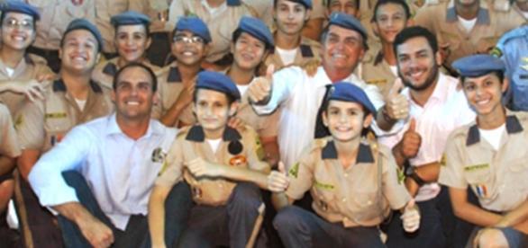 O parlamentar possui alta popularidade em ambiente militar