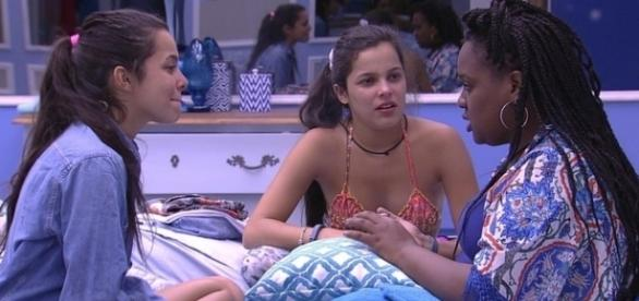 Roberta, Emilly e Mayla conversando no quarto azul (Foto: TV Globo)