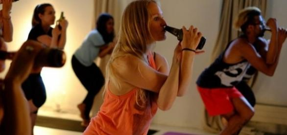Adeptos da Beer Yoga, prática que combina exercícios com cerveja.
