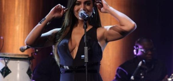 Anitta usa 'decotão' e quase sempre chama a atenção