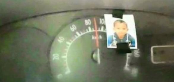 Homem coloca foto do filho no velocímetro