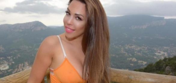 Kim glow dévoile ses fesses sur internet et se fait lyncher !