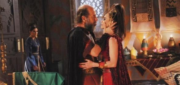 Depois de matar o rei Kamir, Ravena terá o mesmo fim e morrerá com o próprio feitiço do fogo