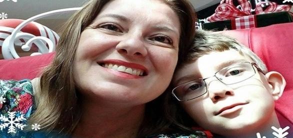 Na imagem mãe e filho e uma foto feita aparentemente no natal do ano passado.