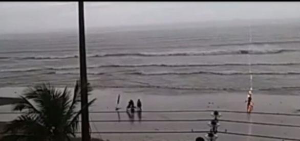 Raio atinge turista na beira da praia