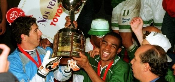 Sérgio e César Sampaio em comemoração com a taça da Copa Libertadores da América de 1999