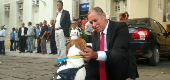 Vira-lata trajado a rigor em cerimônia de posse de vereador no Recife