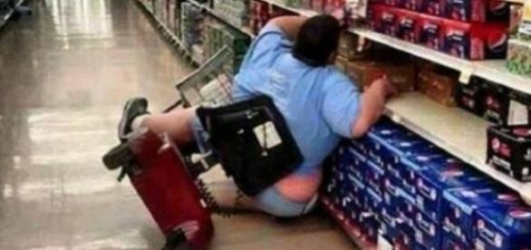 A foto da mulher caída em um supermercado viralizou, mas muitos não sabiam que na verdade, a moça era uma deficiente física.