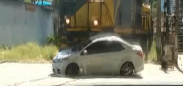 Carro foi arrastado por trem por uma distência de 50 metros, em Três Rios
