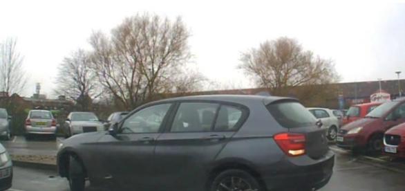 BMW com dificuldades para estacionar nesse lugar.