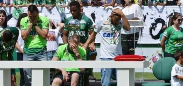Os jogadores sobreviventes do trágico acidente com a aeronave da Chape, receberam a taça de campeão da Copa Sul-Americana