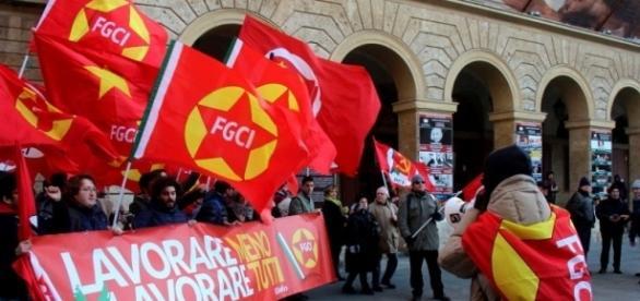 Un gruppo di comunisti venuti da tutta Italia davanti al teatro Goldoni a Livorno