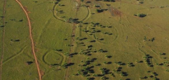Do alto é possível perceber as evidências que semelhante as construções de Stonehenge, na Inglaterra