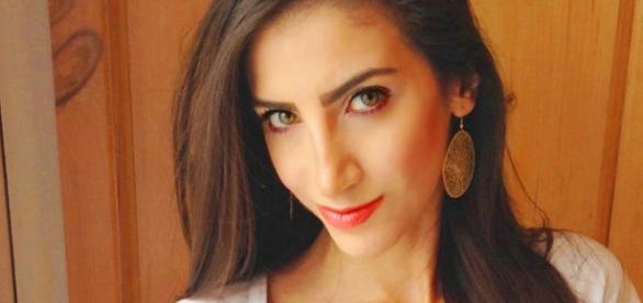 Sarah Abdallah, giornalista libanese, voce fuori dal coro contesta le neofemministe della marcia contro Trump. Foto: twitter.