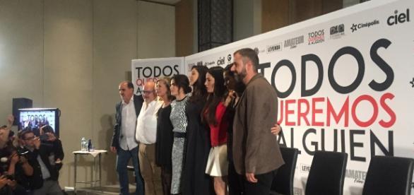 El elenco y la producción al inicio de la conferencia
