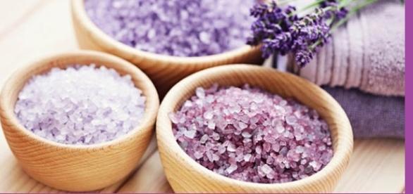 Entre os ingredientes usados na limpeza de energias negativas, destaca-se o sal grosso