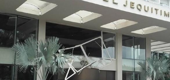 Fachada do Hotel Sofitel Jequitimar após explosão (Foto: G1)