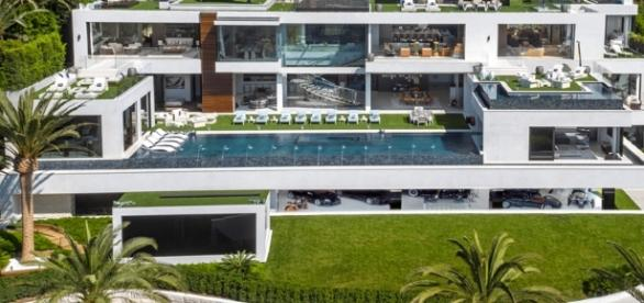 Sinônimo de luxo e poder a casa tem mais de 20 banheiros