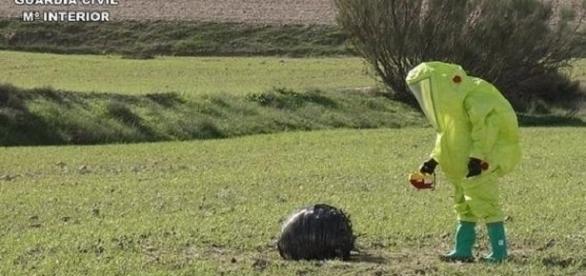 """TEDAX inspeccionando una de las """"esferas espaciales"""" de Murcia."""