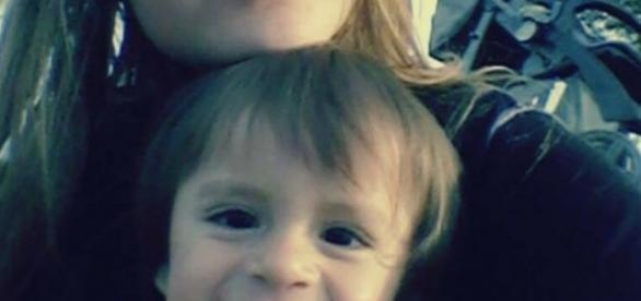 A mãe Jake Moraes e seu filho que teve o dedo amputado